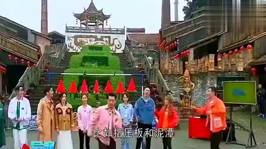 44岁佘诗曼梳麻花辫亮相跑男,泥地里扑倒王彦霖,太猛了!