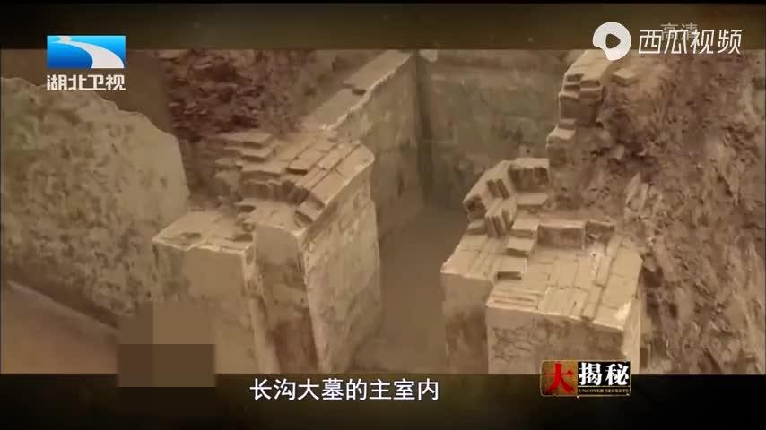 古墓谜团被揭开,队员却又在墓中发现其他诡异物件,众人看傻眼