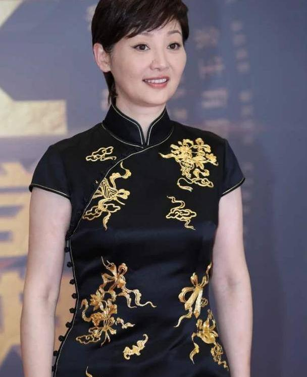 53岁徐帆穿金丝黑旗袍很雍容,显瘦显曲线美,无惧发福水桶腰