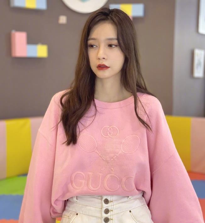 沈梦辰穿粉色卫衣搭白色短裤,尽显高挑身材