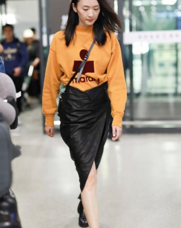 169的童瑶身材真高级,穿姜黄色卫衣配皮裙走机场,气场像超模