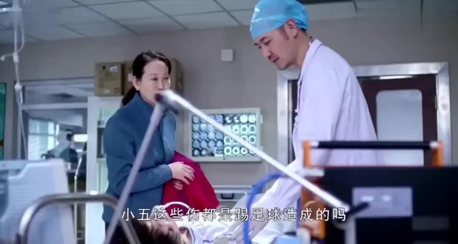老妈带儿子看医生,脚臭亲妈都受不了,医生脱下袜子发现严重了