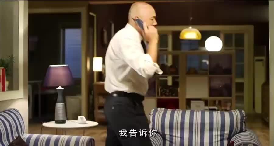 老妈电话催婚,小伙对老妈一顿忽悠,不料小伙下一秒就遭报应