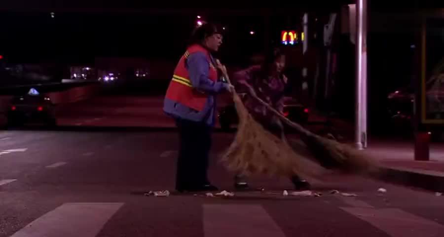 农村女帮环卫大妈扫大街,谁知大妈是个富婆,名贵轿车就停路边