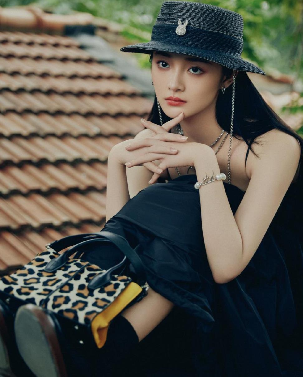 周洁琼气质也太好了,穿黑色吊带裙秀直角肩,配小礼帽又甜又酷