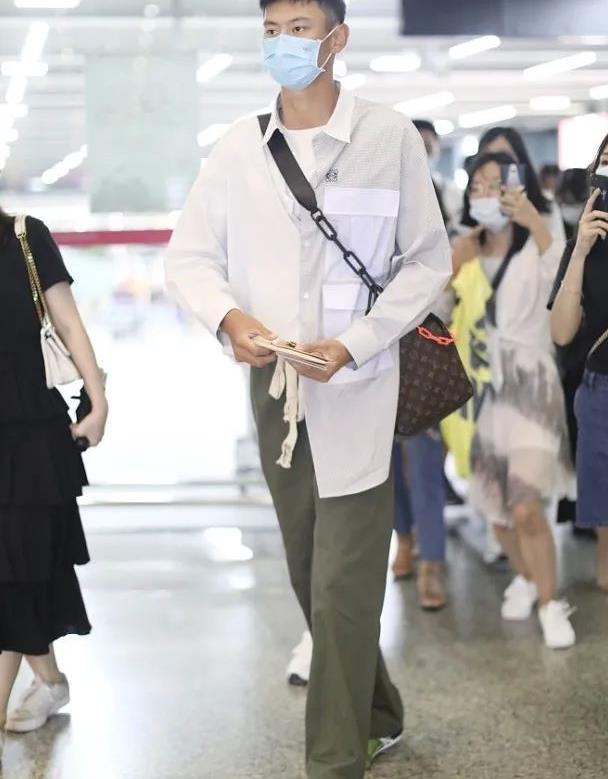 191cm宁泽涛气质真好!阔腿裤+衬衫很个性,造型模特范十足
