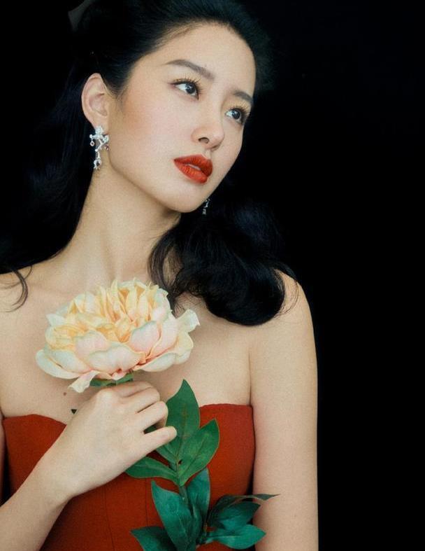 杨采钰身材气质太绝了,一袭复古抹胸红裙惹眼出众,美出新高度