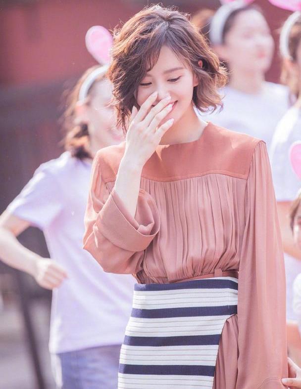 """刘诗诗气质没得""""挑"""",穿豆沙红连衣裙裹针织衫,美得不像话"""