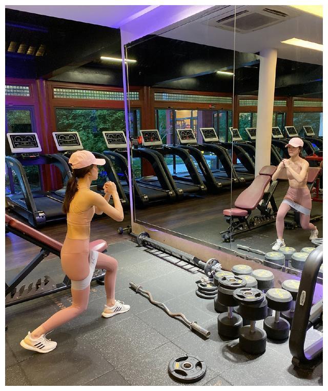 文咏珊粉色紧身裤,马甲线超吸睛!这才是30岁女人该有的样子!