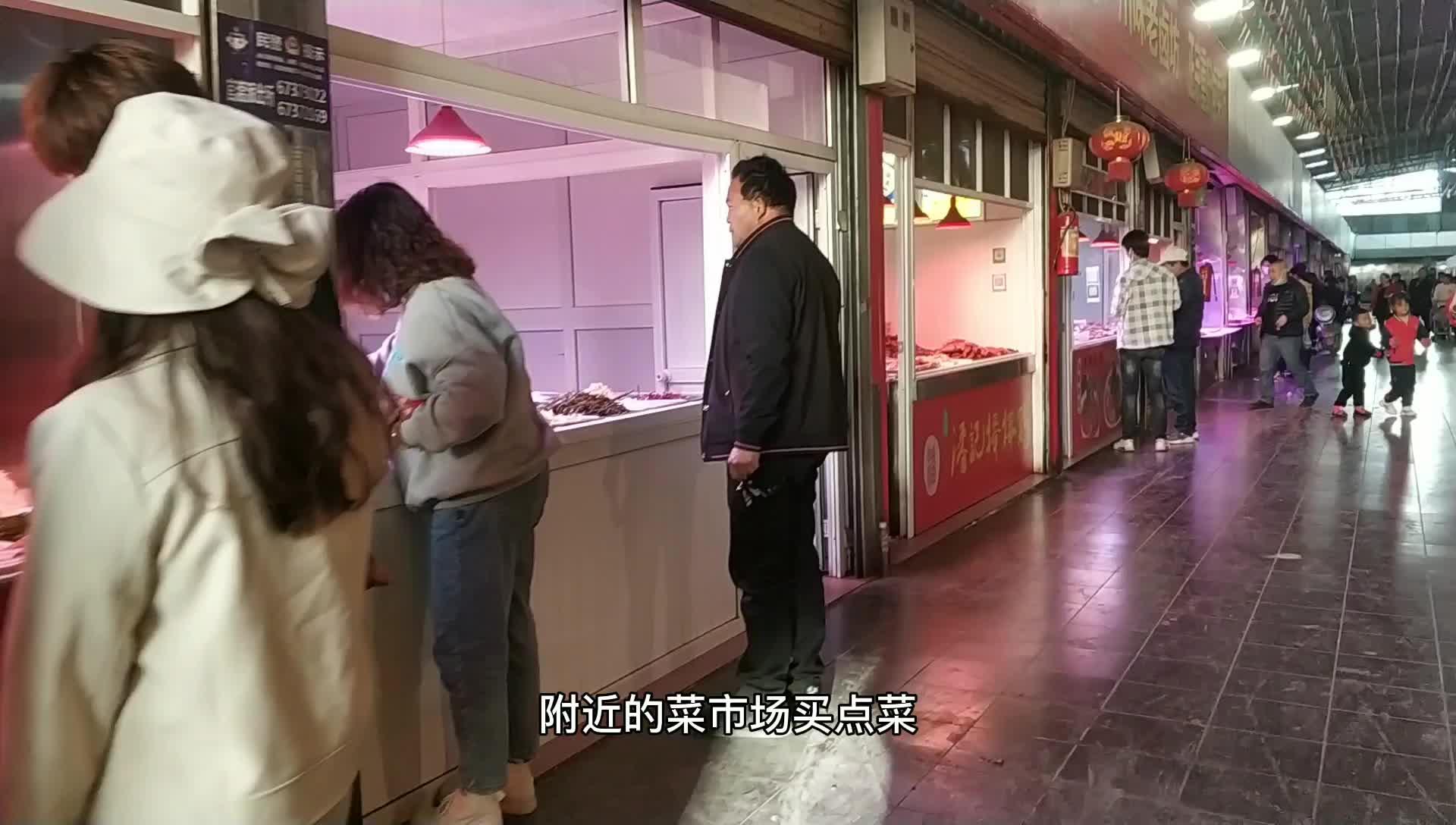 昆明打工仔今天不加班,步行两公里到菜市场买菜,生活容易!