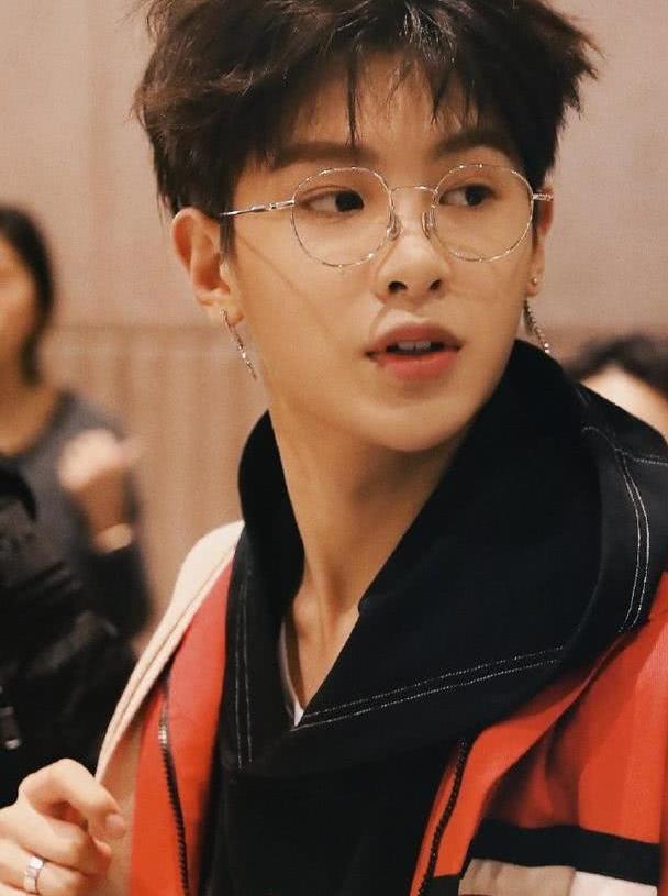 """18岁黄明昊""""小奶狗""""无疑了,戴上眼镜简直A爆了,喜欢他的软萌"""