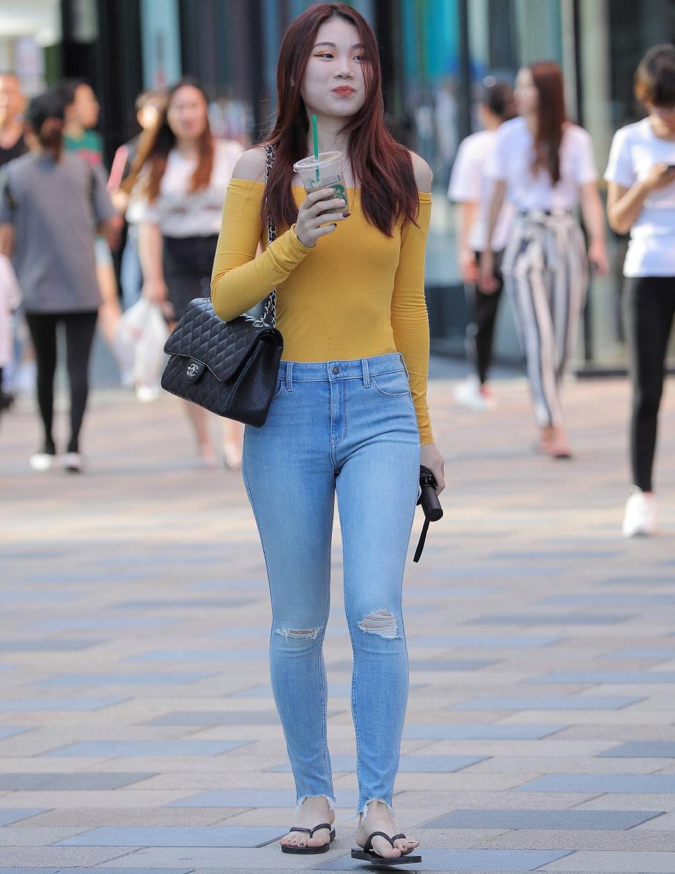 时尚女生就是会穿,牛仔裤搭配针织衫,休闲舒适又显气质