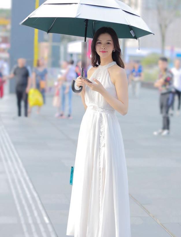 街拍:自带仙气的小姐姐身穿白色连衣裙,太美了