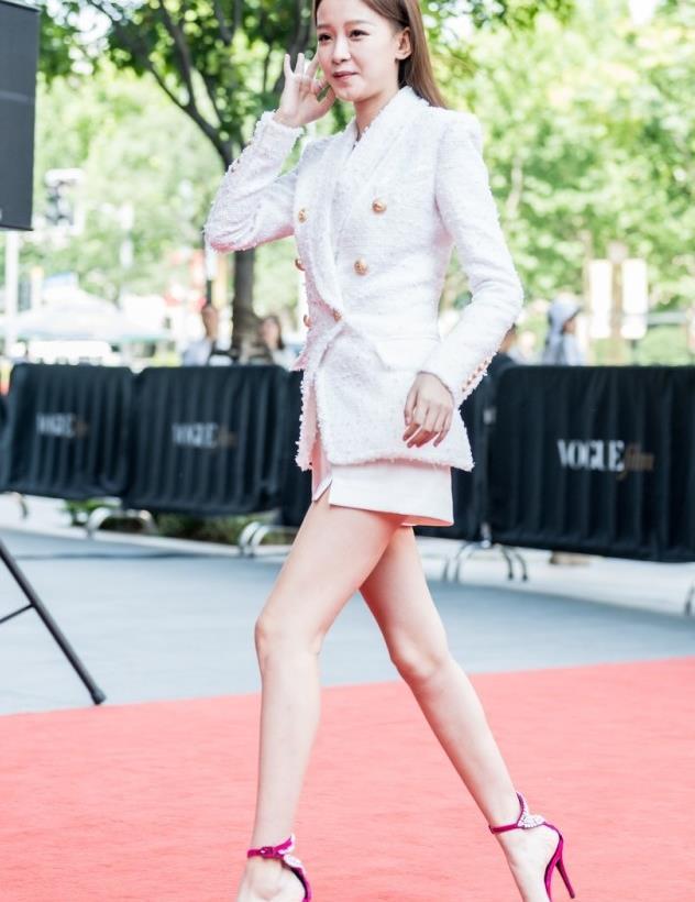 孙怡一身白色西服套装,简约不单调