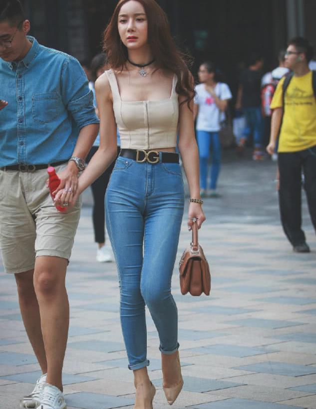 街拍:情侣一起逛街,美女这身高腿长都快超过男友了!