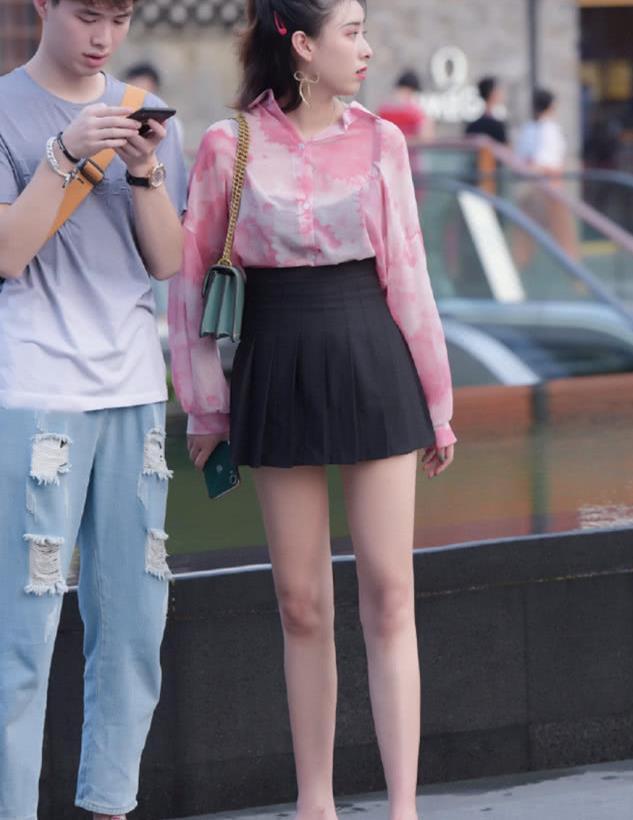 街拍:百褶裙美女苗条又高挑的身材,让人无法不赞叹!