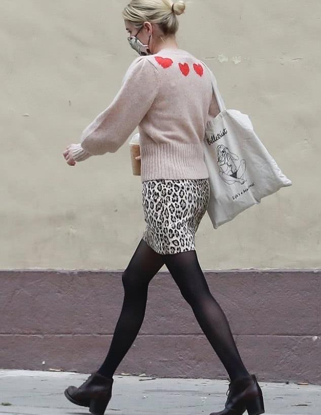 艾玛·罗伯茨穿扎丸子头穿短裙配黑丝长袜独自逛街,清纯可人