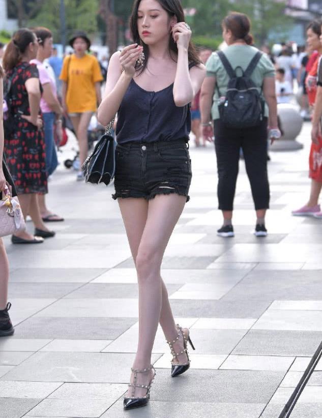 清凉一夏美穿搭,黑色吊带背心搭配花边牛仔短裤