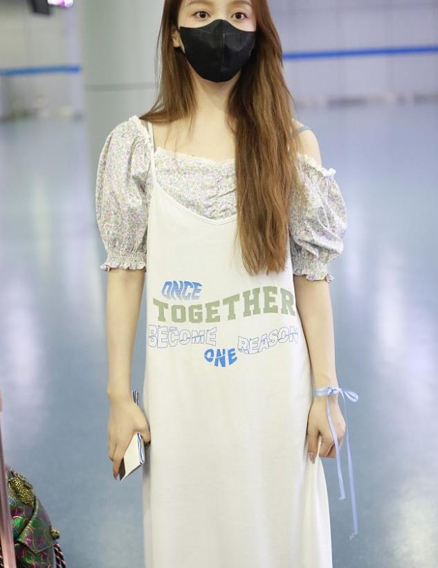 姜贞羽街拍:泡泡袖上衣Stylenanda吊带裙 Gucci提花手