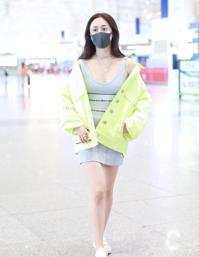 刘芸街拍:荧光绿廓形夹克衫,简约而不失潮流感美美哒