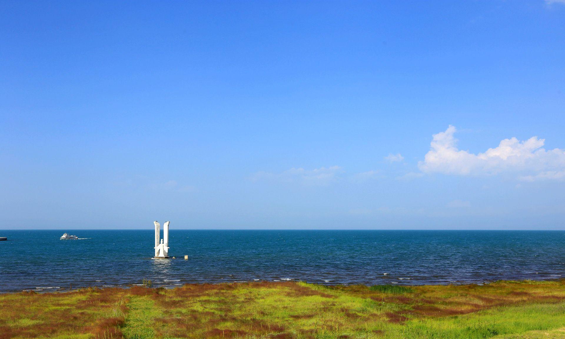毕业旅行去哪儿?来青海湖,蓝天白云,还有盛开的油菜花和格桑花