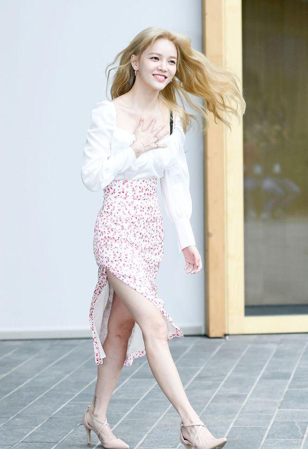 "AOA智珉身穿大胆的U领衫,锁骨处的风情和""泡泡""元素撩人"