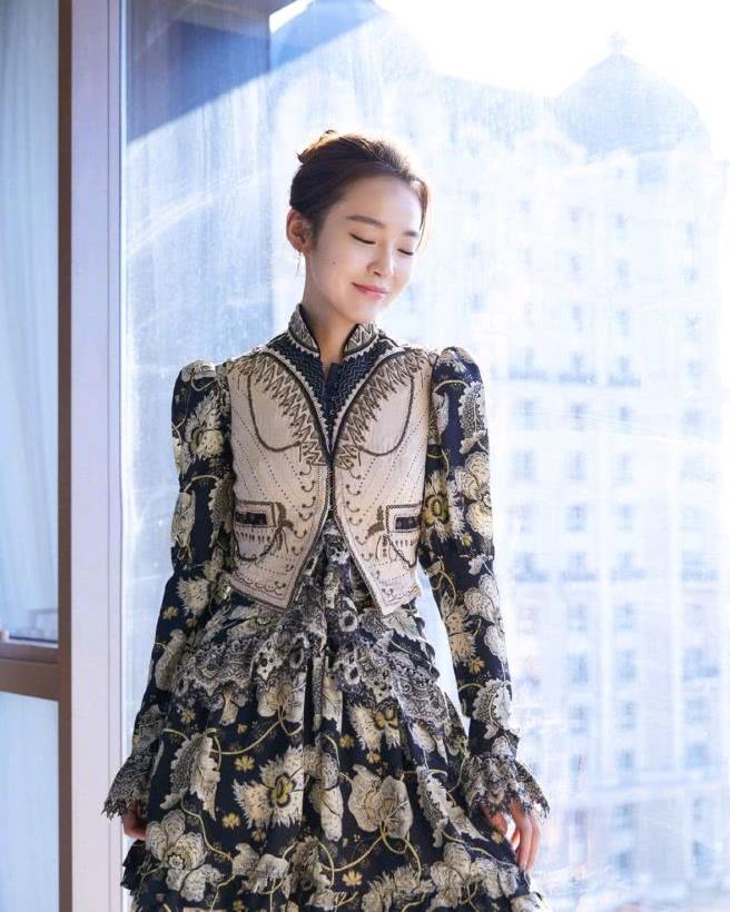 张佳宁的衣品很不错,身穿印花连衣裙搭配卡其色小外套,很有个性
