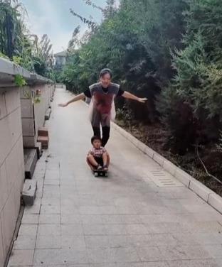 月亮姐姐晒陪儿子视频,别墅区尽情玩耍,她的富豪老公始终是谜
