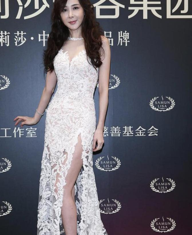 萧蔷都52岁了吧?一袭白色蕾丝连衣裙凹造型,这身材60后罕见