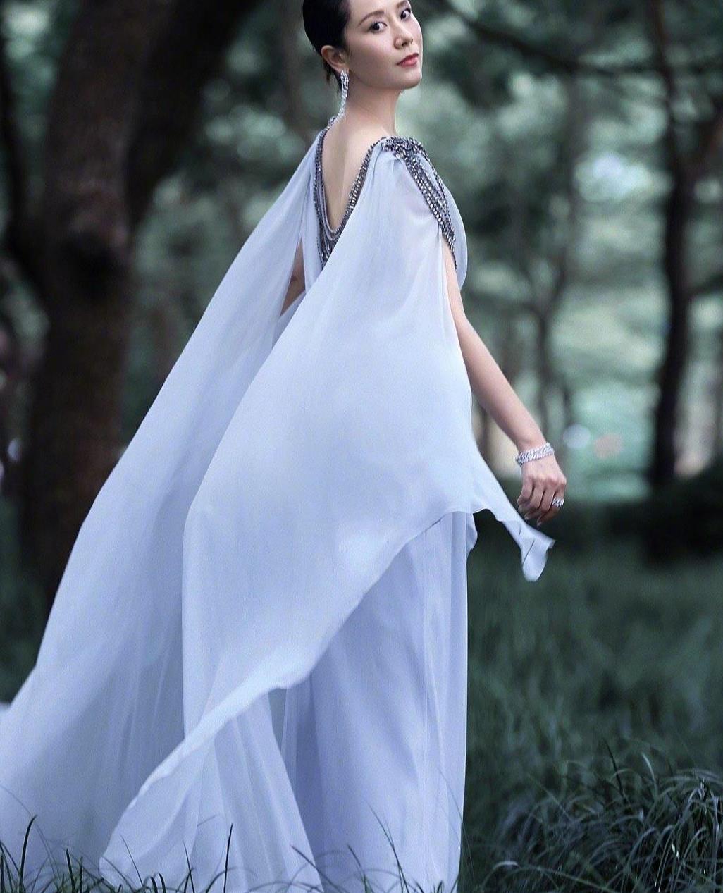 43岁海清惊现少女颜,白色雪纺裙搭配金属流苏,精致优雅仙气飘