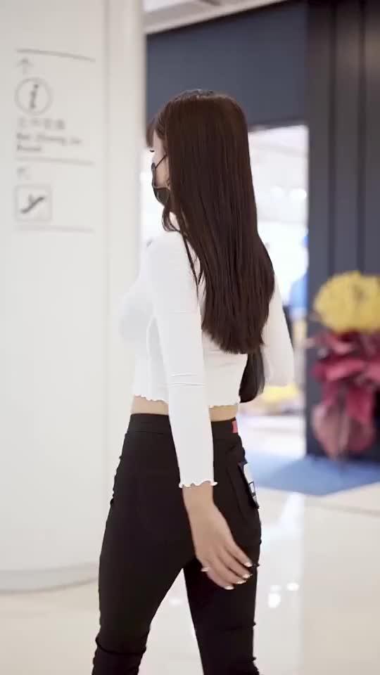 白色针织开衫上衣,黑色紧身裤时尚穿搭
