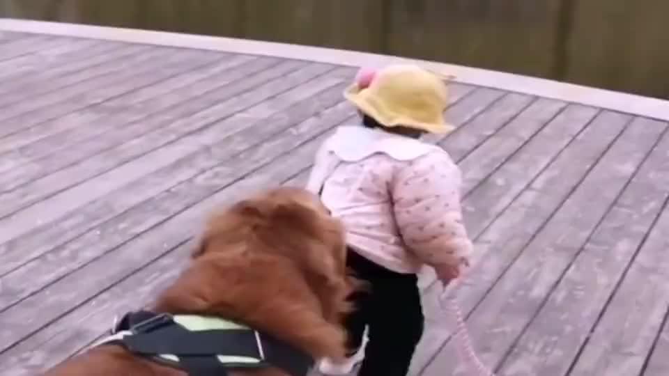 萌娃闺女非得去河边玩家中的保镖紧紧拉住