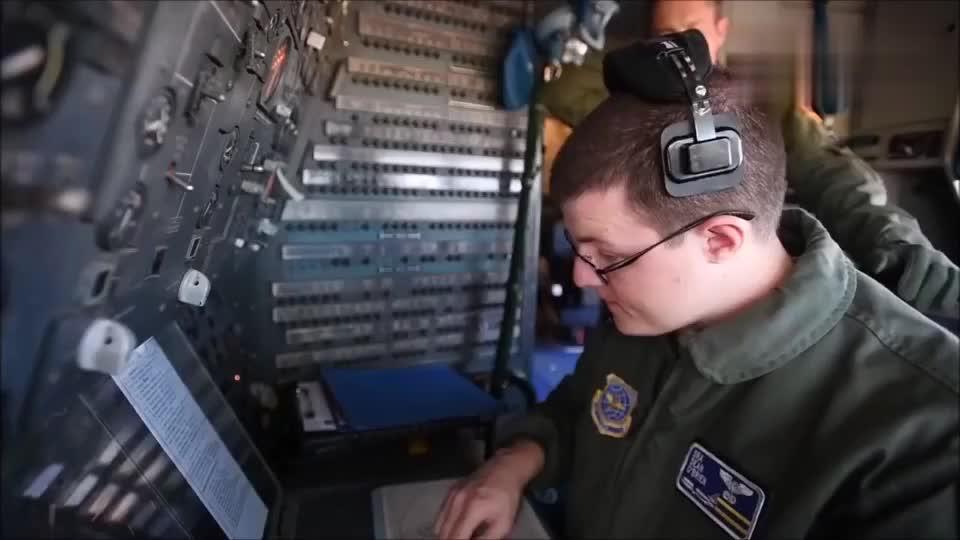 美国空军展示V-22鱼鹰式倾转旋翼机内部控制系统
