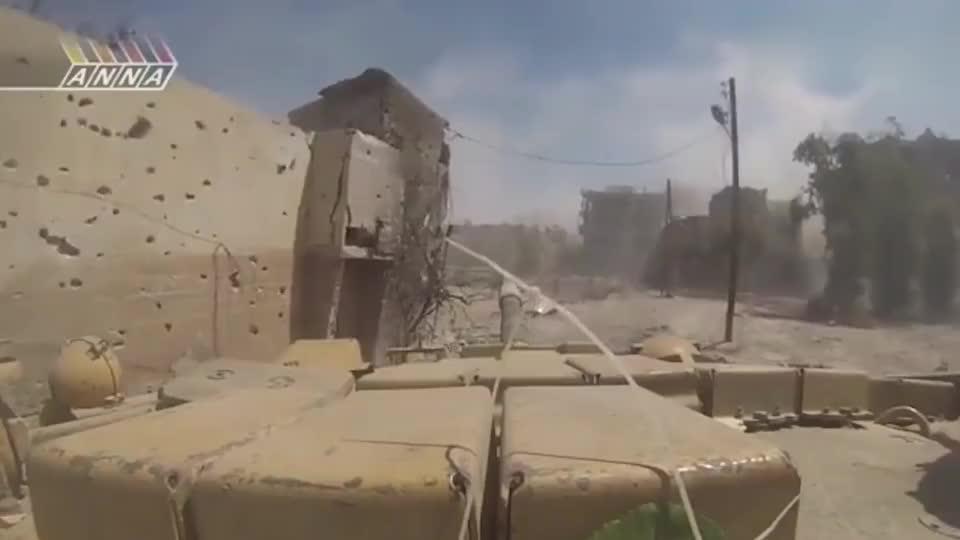 实拍叙利亚战场画面,坦克从侧面包抄叛军,一发入魂!