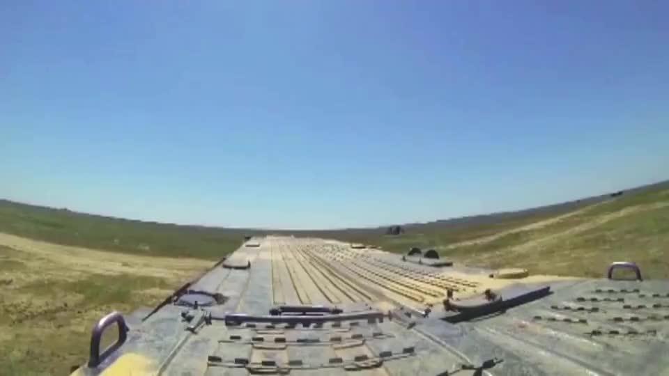看看龙卷风多管火箭炮,12枚炮弹射击,覆盖面积高达1500个篮球场