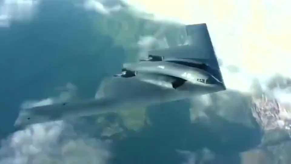 男子驾驶小飞机飞行,迎面突然飞来一架B2隐身轰炸机