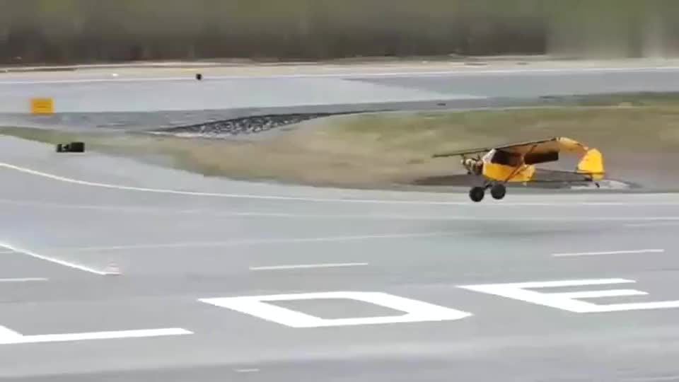 最短距离降落比赛,这位飞行员过分了啊!你让后面的人怎么比