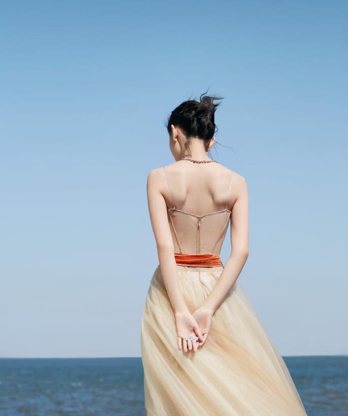 周冬雨美的真高调!裸色轻纱礼裙优雅浪漫,后背半裸蝴蝶背美艳