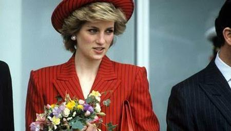 戴安娜王妃身穿小羊毛衣,可爱俏皮,但其实这背后另有深意