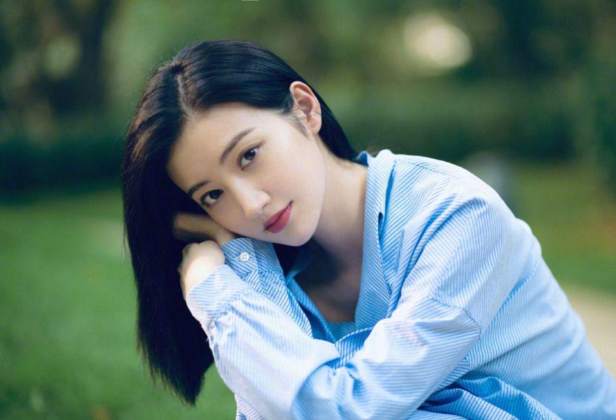 景甜柔美、轻盈的气质,青春的色彩在她身上显得格外的绚烂!