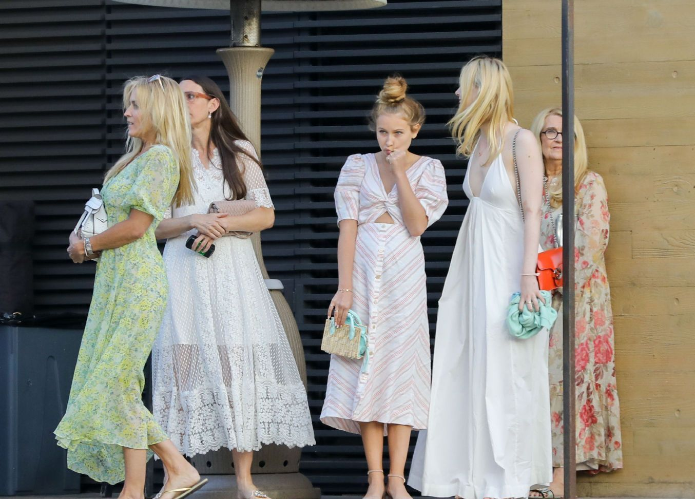 小仙女 Elle Fanning(艾拉.范宁)和家人们在洛杉矶马里布出街