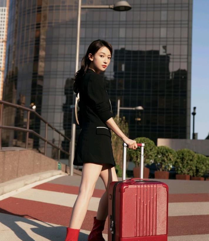 吴谨言很会穿!身穿拼接设计的黑色西装裙配红色高跟短靴,很惊艳