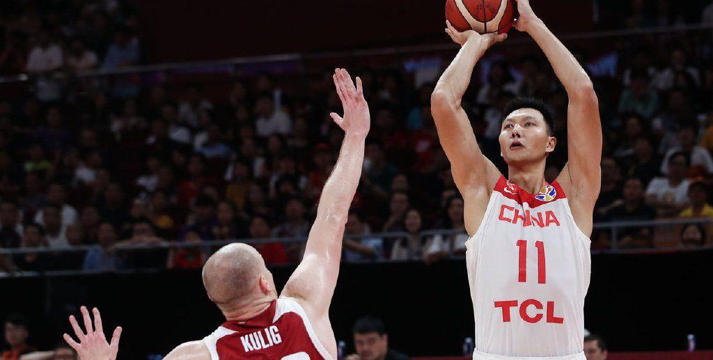 中国VS波兰 双方球员身体对抗激烈 易建联、郭艾伦遭遇犯规困扰