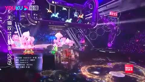 张嘉倪买超花式秀恩爱,台上手拉手唱《有点甜》,好听到腻!