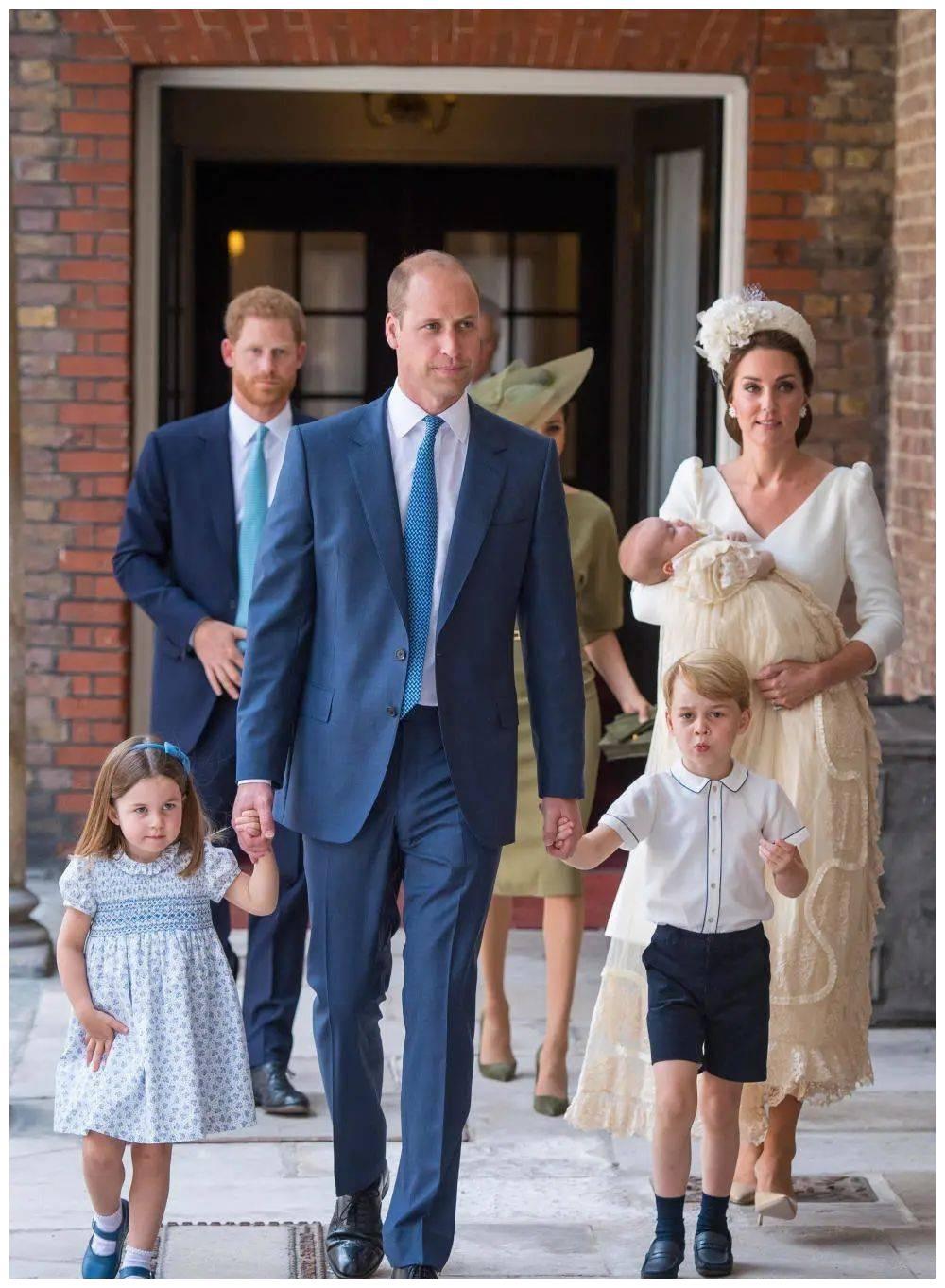 乔治王子和夏洛特公主马上开学了,路易王子落单,只能跟凯特玩
