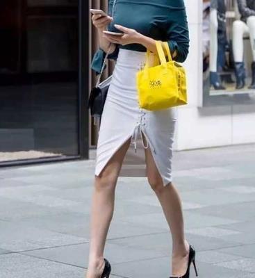 街拍:高腰包臀裙+黑色高跟鞋,瘦臀提腹,诠释女性的优雅天性