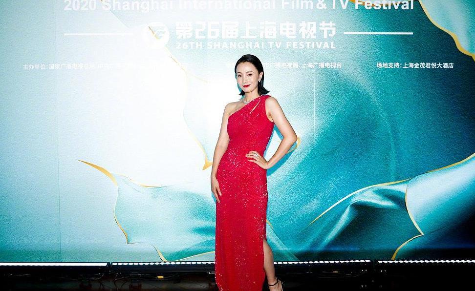"""48岁小陶虹美得真高调,穿红色""""斜肩""""礼服裙,眼角纹明显也迷"""