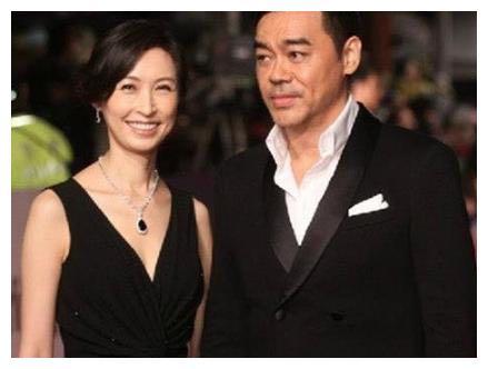 参观刘青云香港豪宅,室内酒柜大到超出想象,夫妻两个常秀恩爱