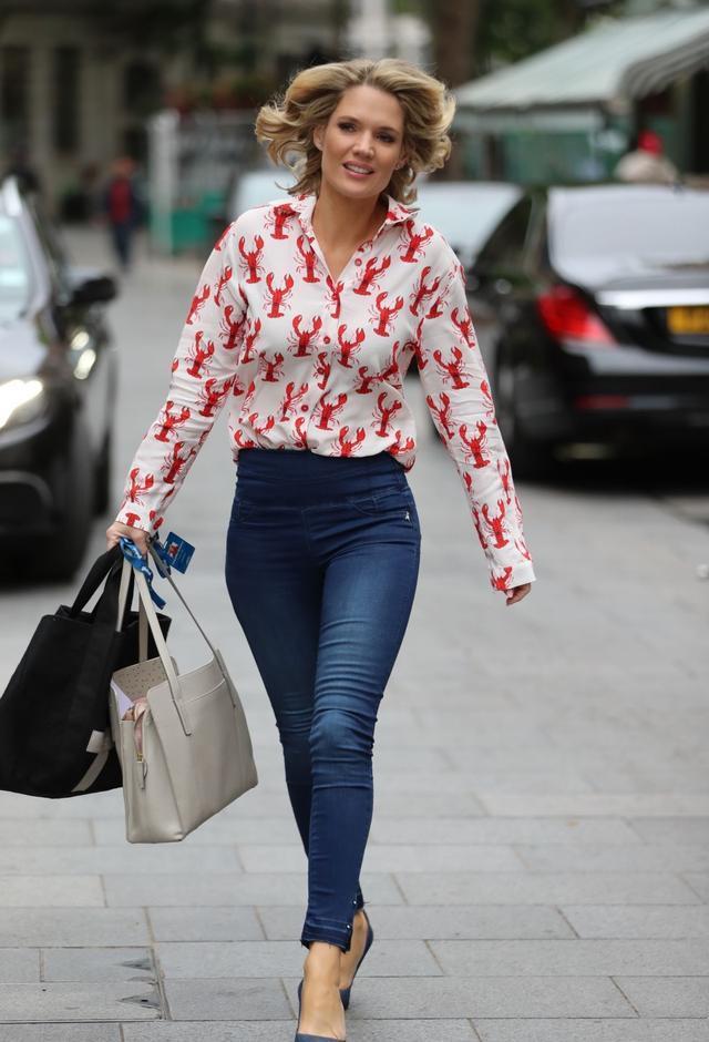 女星夏洛特·霍金斯现身伦敦街头,她有着优雅的笑容
