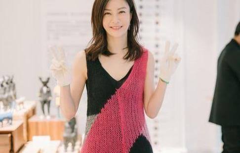 43岁刘孜越老越耐看,穿绿色条纹裙配帆布鞋,青春减龄更有女人